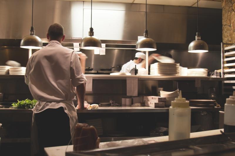 Cuisiniers dans une cuisine professionnelle, photo pour Destan. Un projet du Studio DPE.