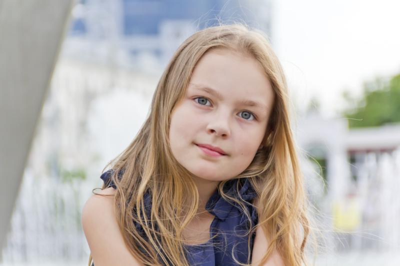 Jeune fille regardant la caméra, photo pour le Projet Engage. Un projet du Studio DPE