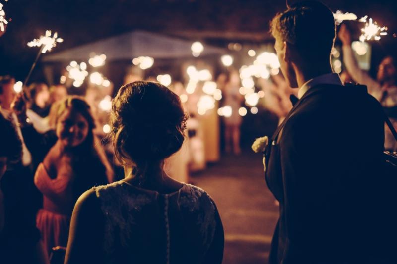 Mariés dans une fête, photo pour Destan. Un projet du Studio DPE.