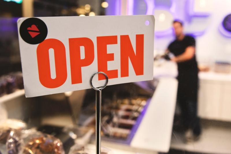 """Panneau """"Open"""" d'une boutique, photo d'inspiration pour Bonibox. Un projet du Studio DPE"""